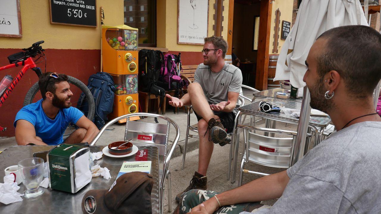 Davide, Ditlev y Stevano en Nájera. Es fin de etapa para los que hacen el Camino andando