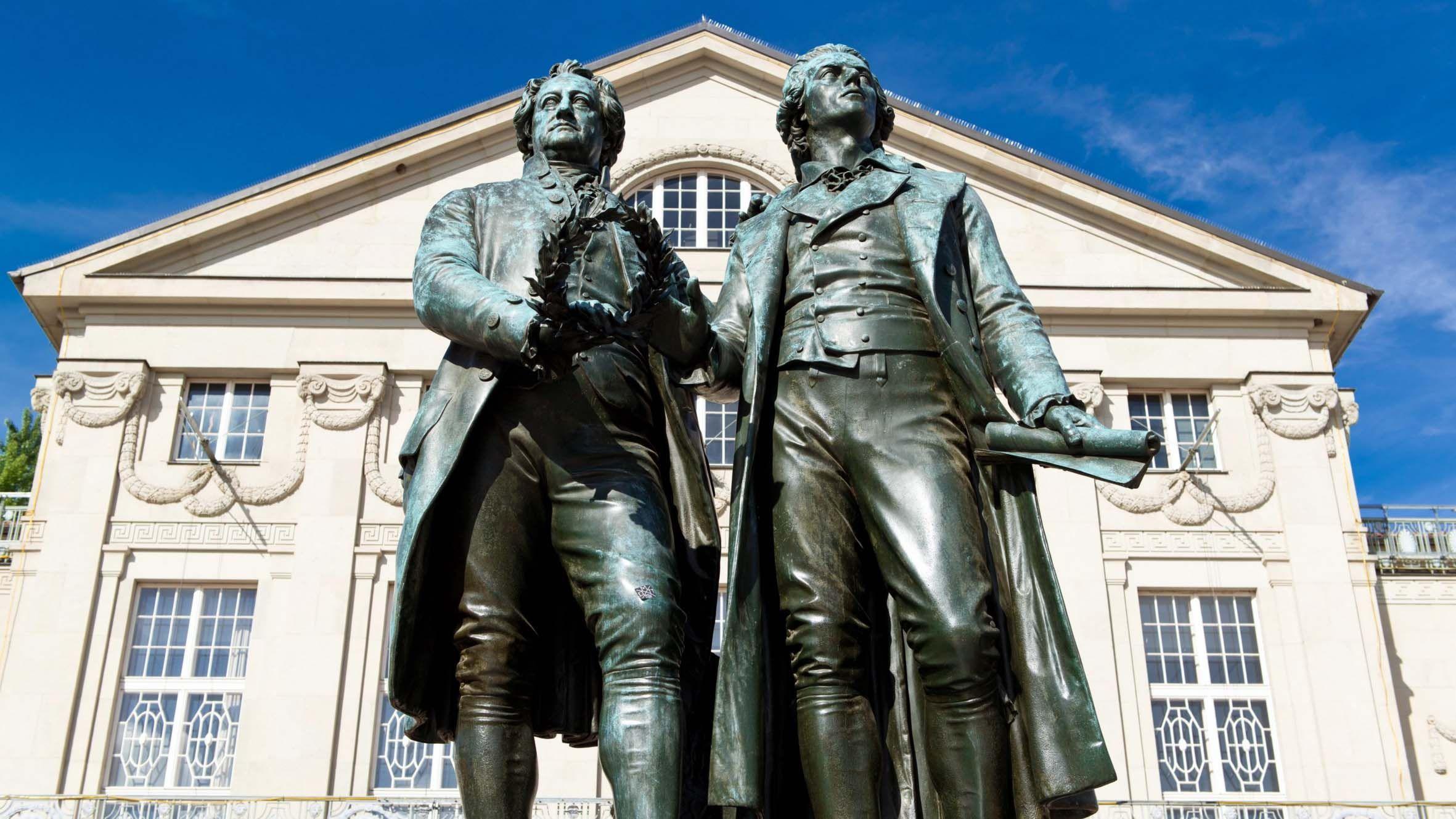 Estatua de Goethe y Schiller frente al Teatro Nacional Alemán en Weimar