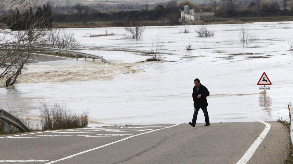 La crecida del río ha cortado la carretera que une la localidad zaragozana y Boquiñeni