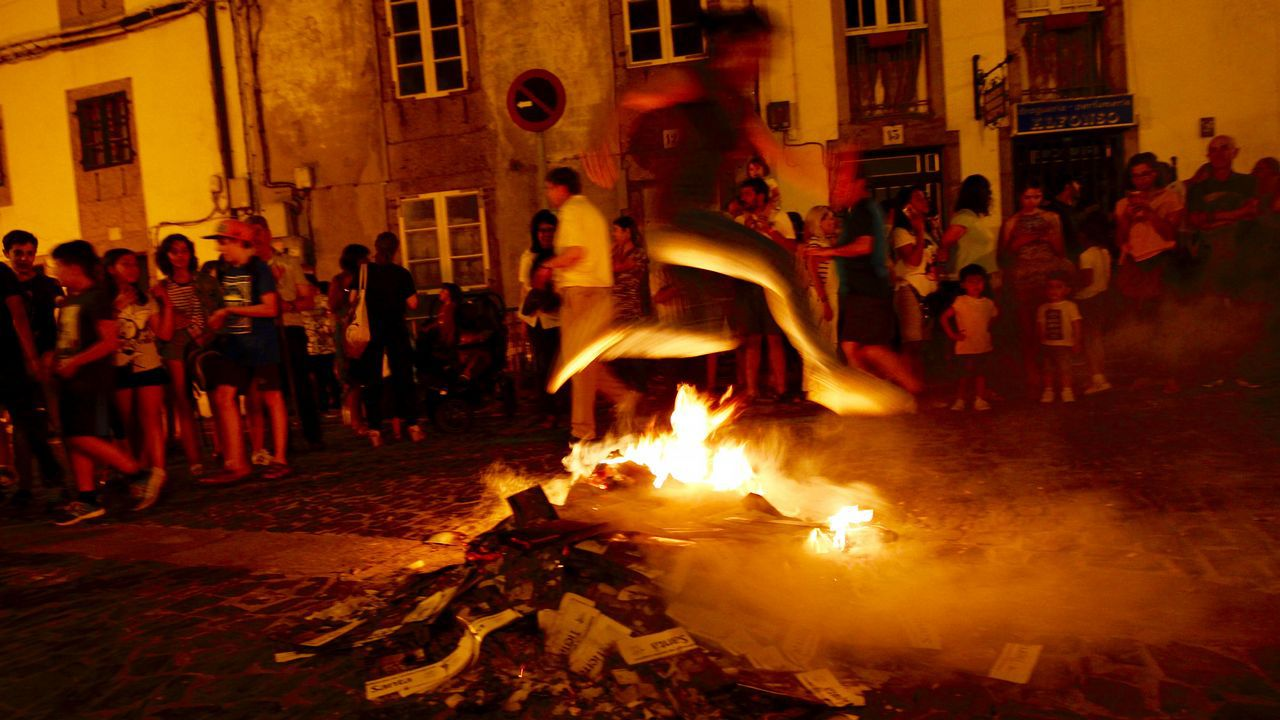.Cacharelas de San Xoán en la rúa de San Pedro en Santiago.