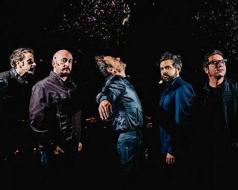 El guitarrista Julián Saldarriaga (segundo por la derecha).