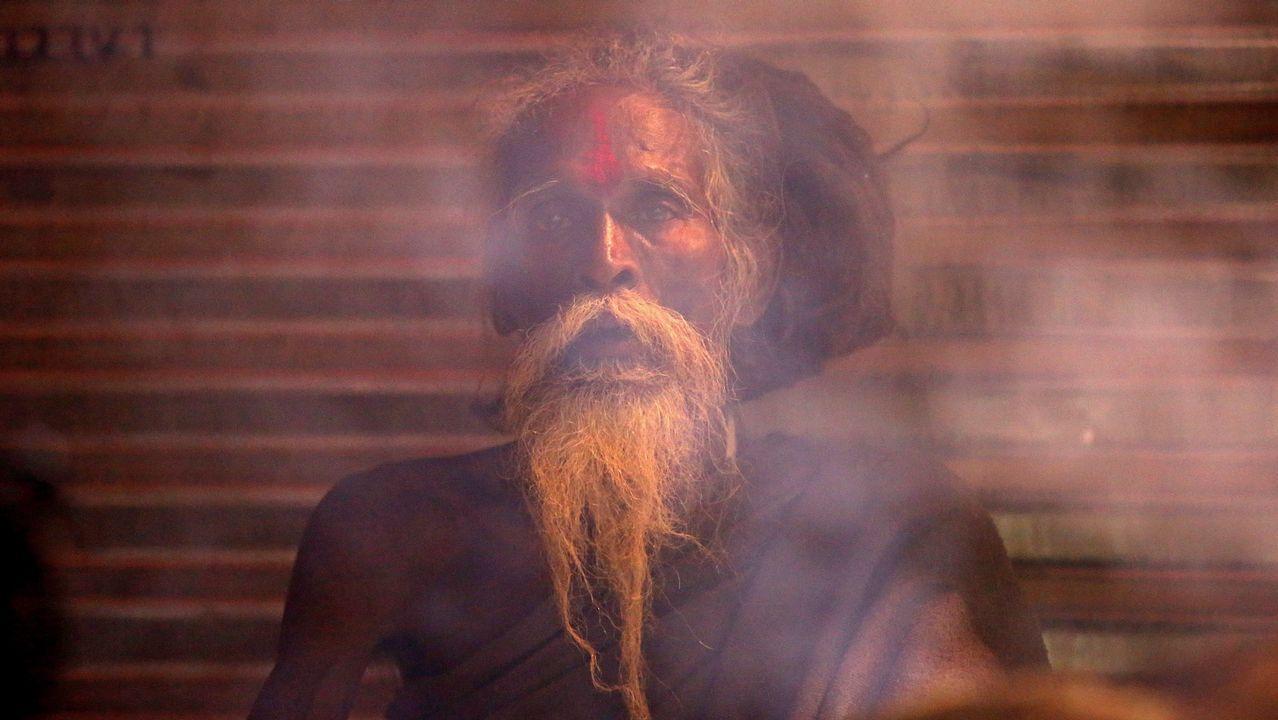 Un indio sadhu, hombre santo, se sienta en su tienda a orillas del río Sangam, durante un festival de Kumbh Mela en Allahabad, Uttar Pradesh, India