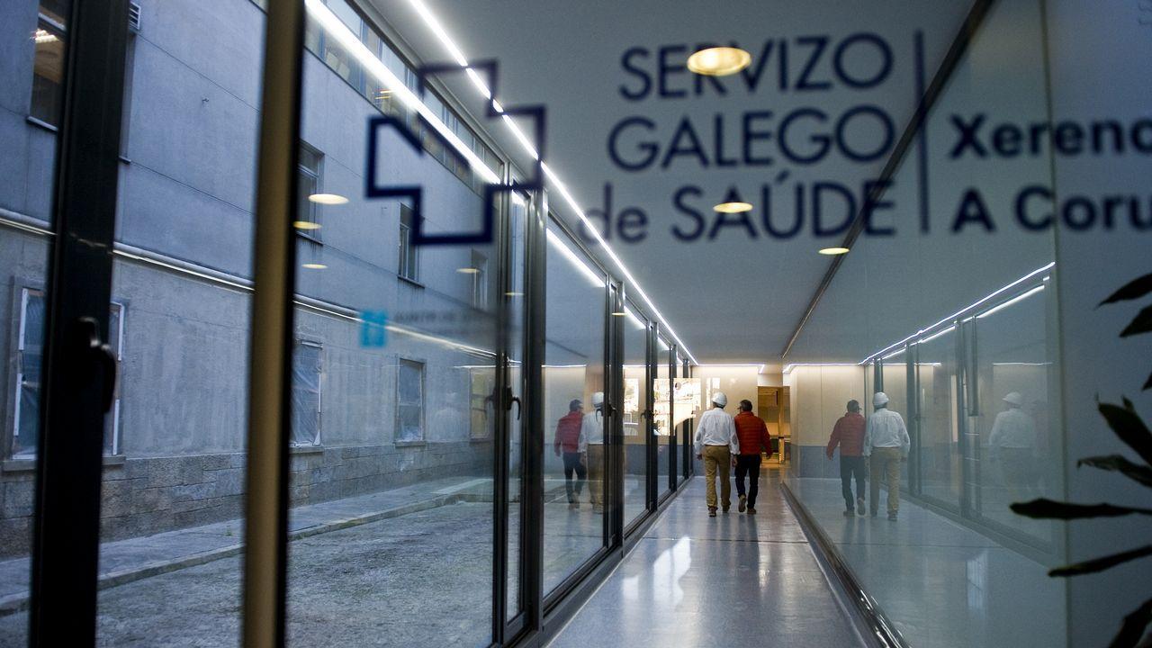 EFE.El conselleiro Vázquez Almuíña, primero por la derecha, en la semivacía comisión de investigación sobre la sanidad, con los puestos vacíos de la oposición, que rechaza participar