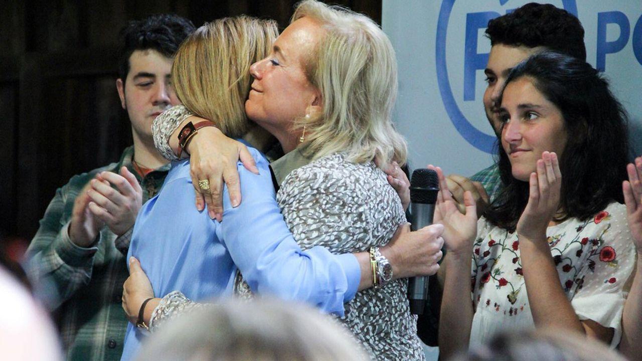 Rajoy disfruta de unos días de descanso enGalicia.Mercedes Fernández abraza a María Dolores de Cospedal en un acto en Gijón