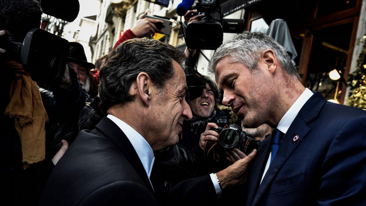 Polémica foto de Macron con dos jóvenes haciendo una «peineta».Ignacio Prendes