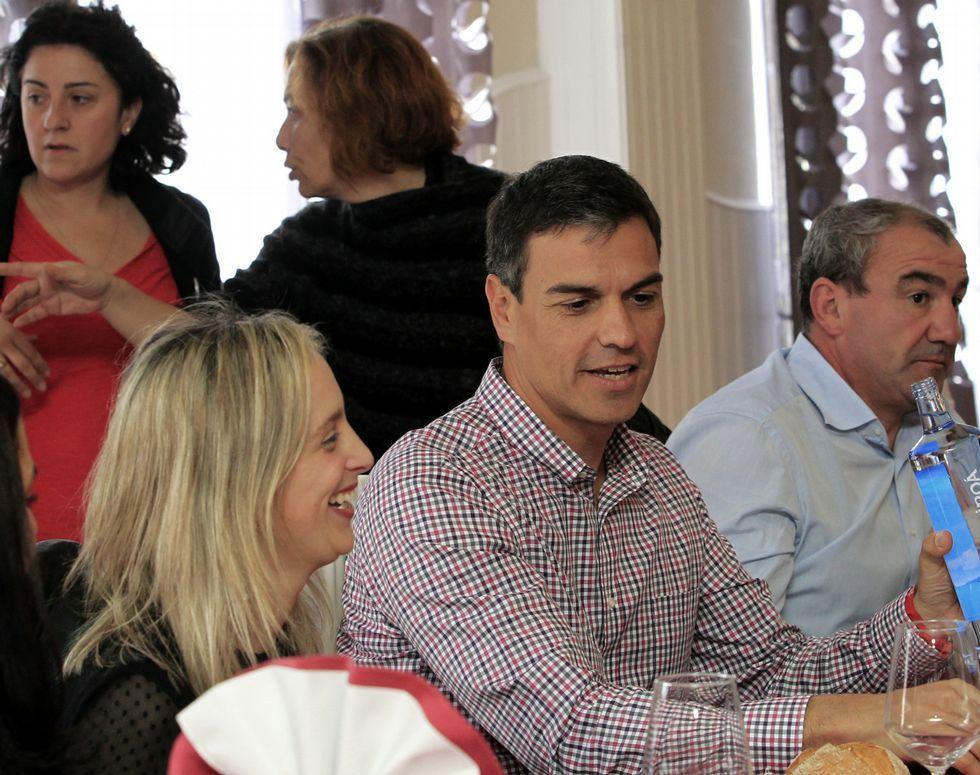 Los socialistas escogen a su líder.Imagen de archivo de la proclamación de Pedro Sánchez como secretario general del PSOE, recibiendo la felicitación de Susana Díaz. Era 2014