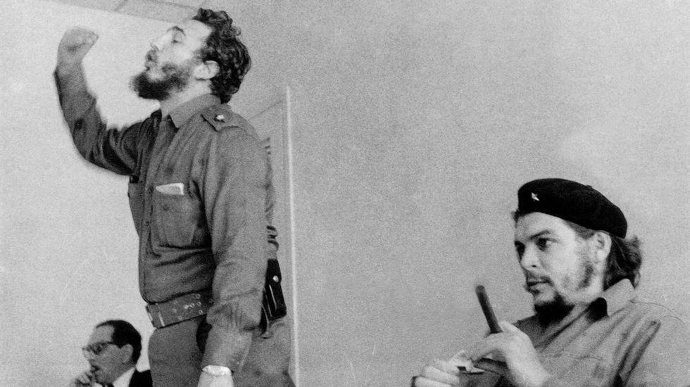 Multitudinaria despedida de Fidel Castro.Una montañera saca una fotografía del bosque de Muniellos cubierto con la primera capa de nieve en la zona alta