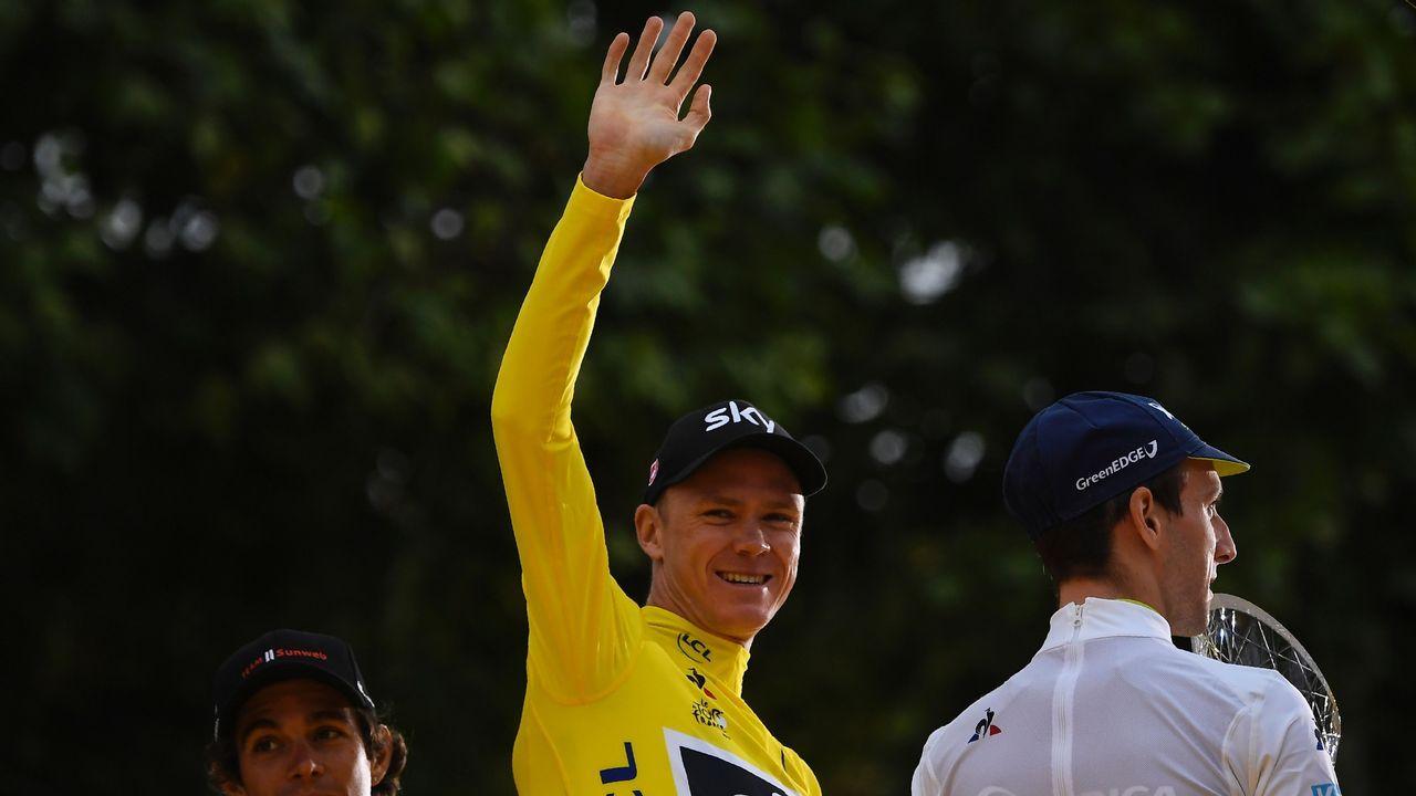 El británico Christopher Froome, líder general al final de la decimosexta etapa del Tour de Francia 2017, sube al podio para celebrar su maillot amarillo
