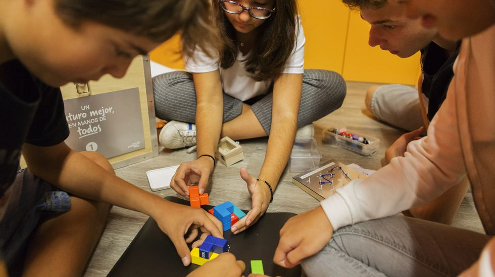 .Alumnos participantes nunha das experiencias do programa Fungastic