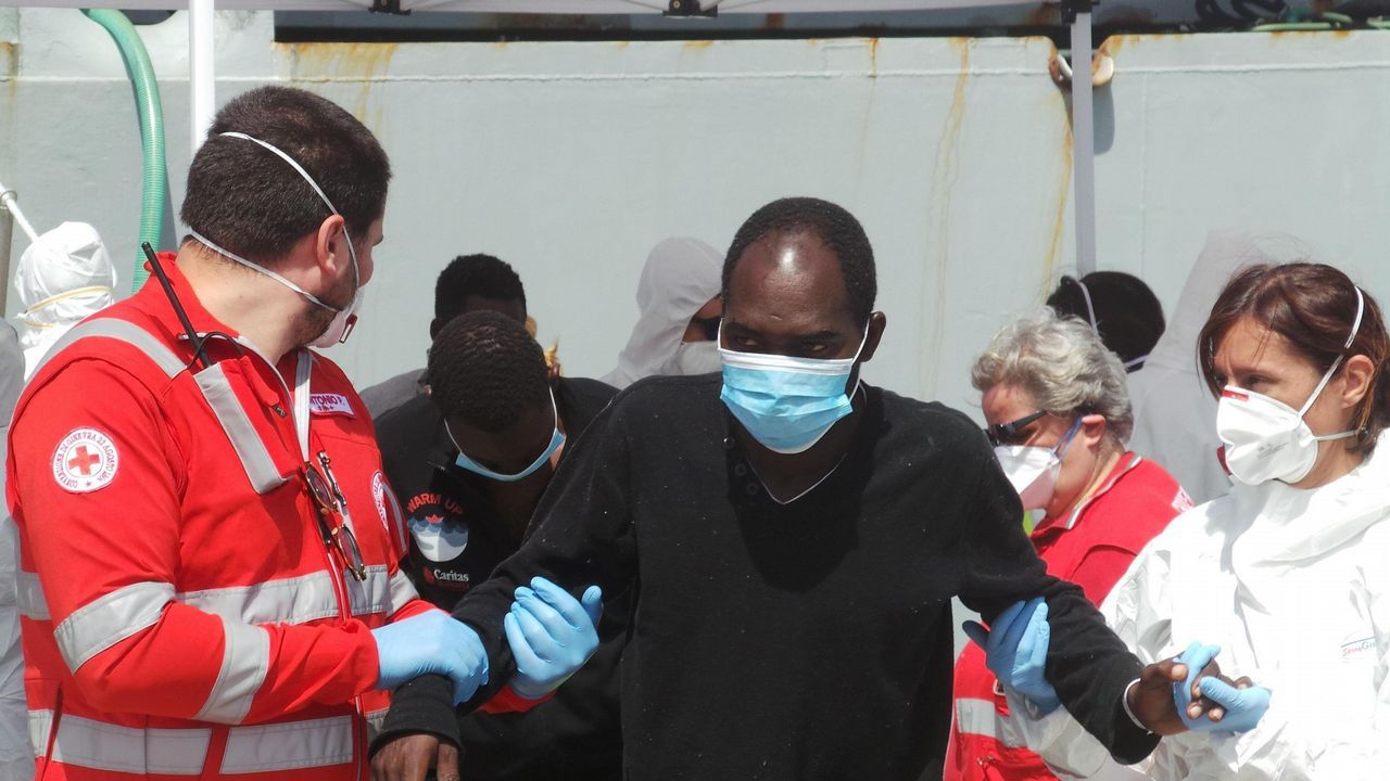 Los guardianes de la Costa da Morte, en imágenes.Imagen de archivo de un grupo de migrantes subsaharianos rescatados en el Estrecho de Gibraltar