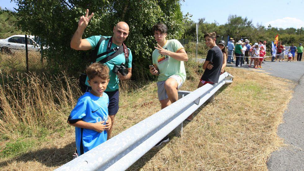 Aficionados esperan el paso de los ciclistas entre Marcelle (Monforte) y Doade (Sober)