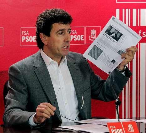 El socialista Jesús Gutiérrez mostró documentos para avalar su tesis de que debían buscar el consenso en la reforma electoral.