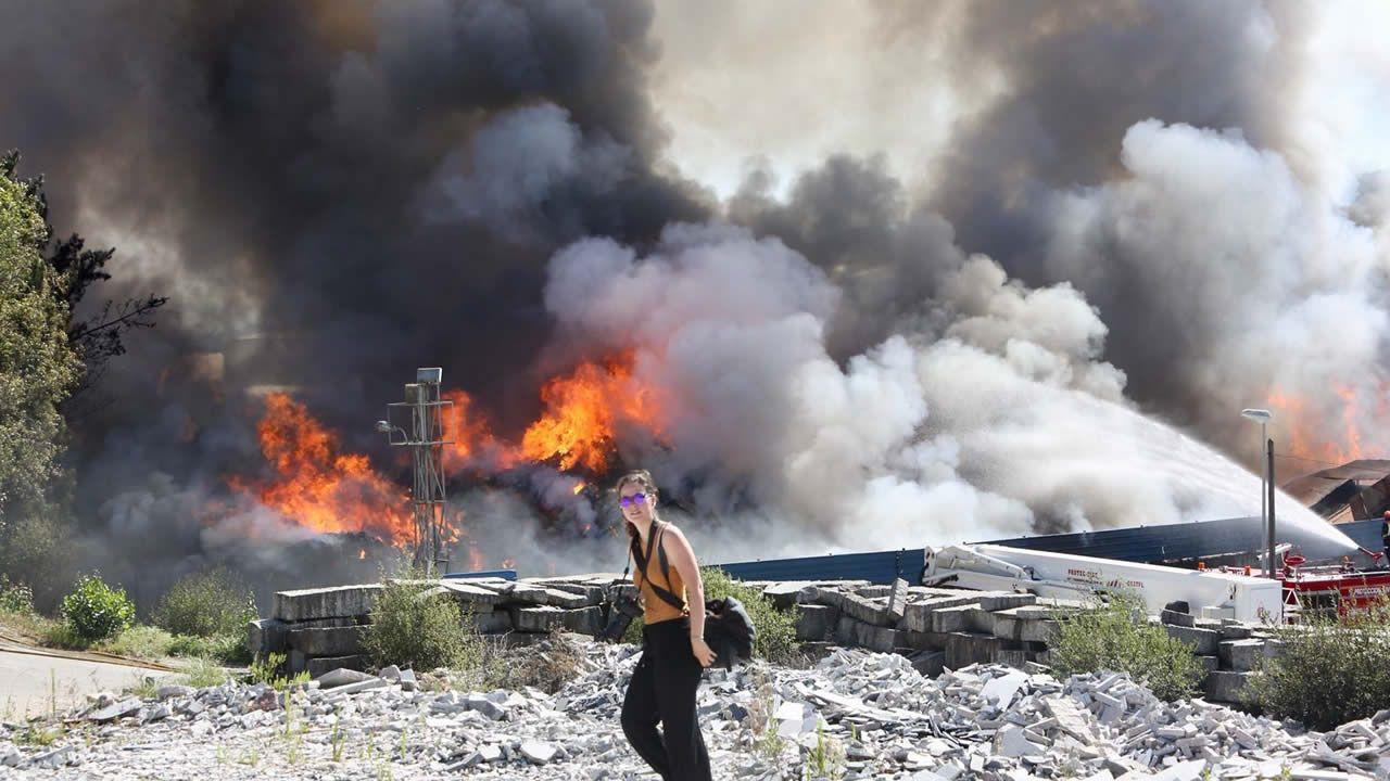 Alarma en un polígono industrial de O Porriño por el incendio en una nave dedicada al reciclaje de residuos.