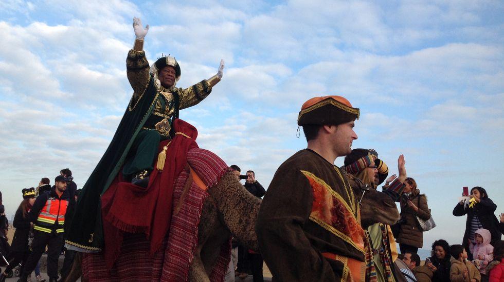 El rey Melchor saluda a lomos de su camella