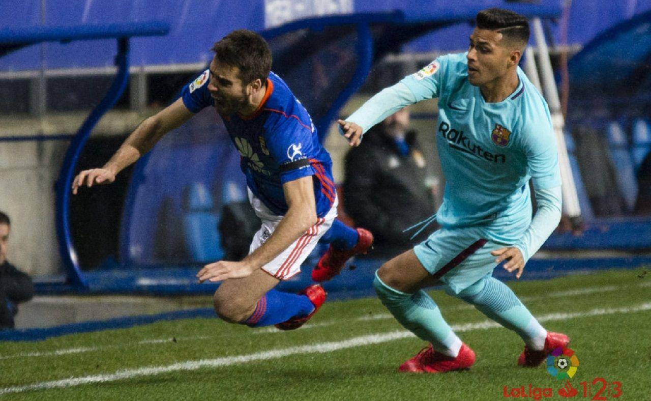 Diegui Johannesson Nahuel Real Oviedo Barcelona B Carlos Tartiere.Diegui es objeto de una falta por parte de Nahuel