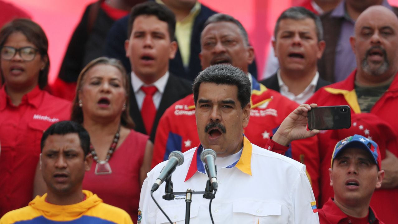Jorge Ramos muestra en su teléfono móvil  la entrevista con Maduro que ha recuperado, tras recibir III Premio Internacional de Periodismo 2019 Vanity Fair, en Madrid