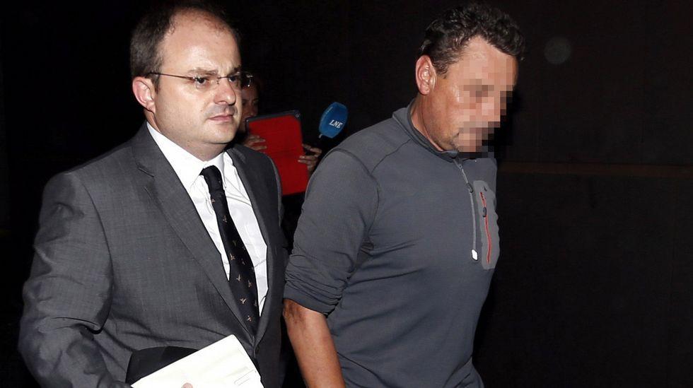 Juan Antonio Fernández (d), propietario de la constructora que ejecutó el geriátrico de Felechosa, sale en en libertad provisional