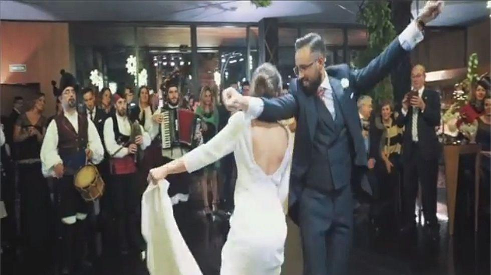 Para qué bailar el vals nupcial si bailas así la muiñeira.Beatriz Ávila Cobos