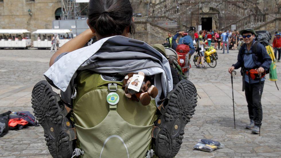 Junio arranca con decenas de peregrinos en Santiago.Responsables de la asociación Solpor con el gerente del Xacobeo