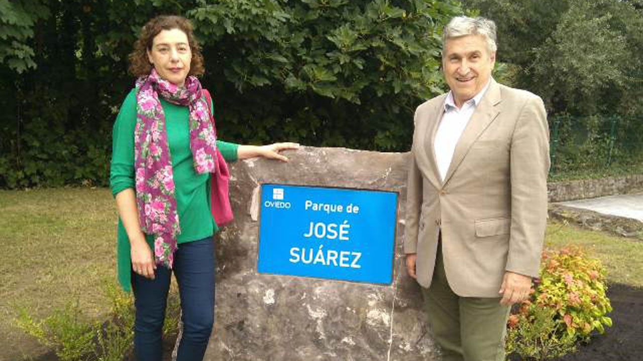 Cristina Pontón, concejala de Iu y presidenta del distrito de Trubia y Arcadio Martínez, autor de la biografía de José Suárez