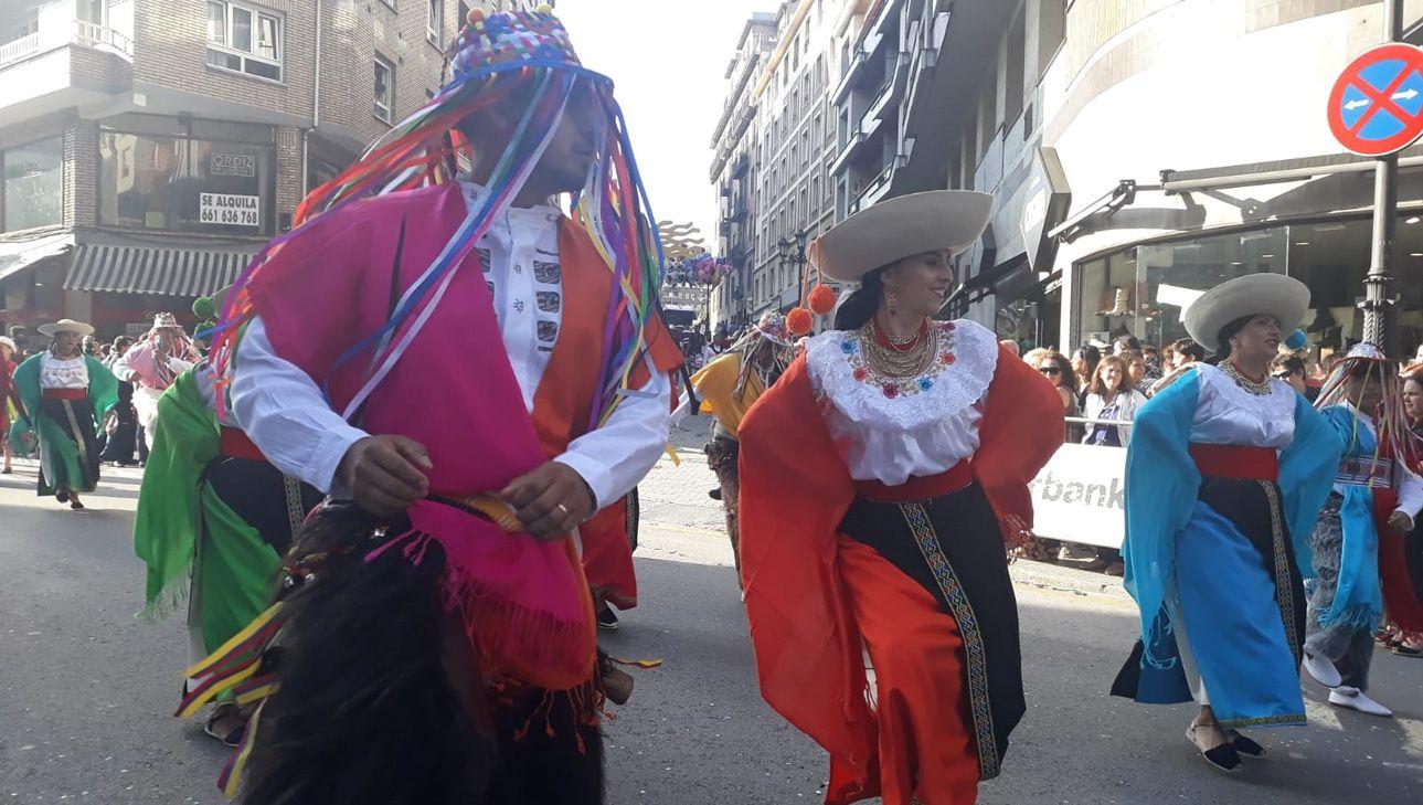 Bailarines de Ecuador en el Día de América en Asturias 2018