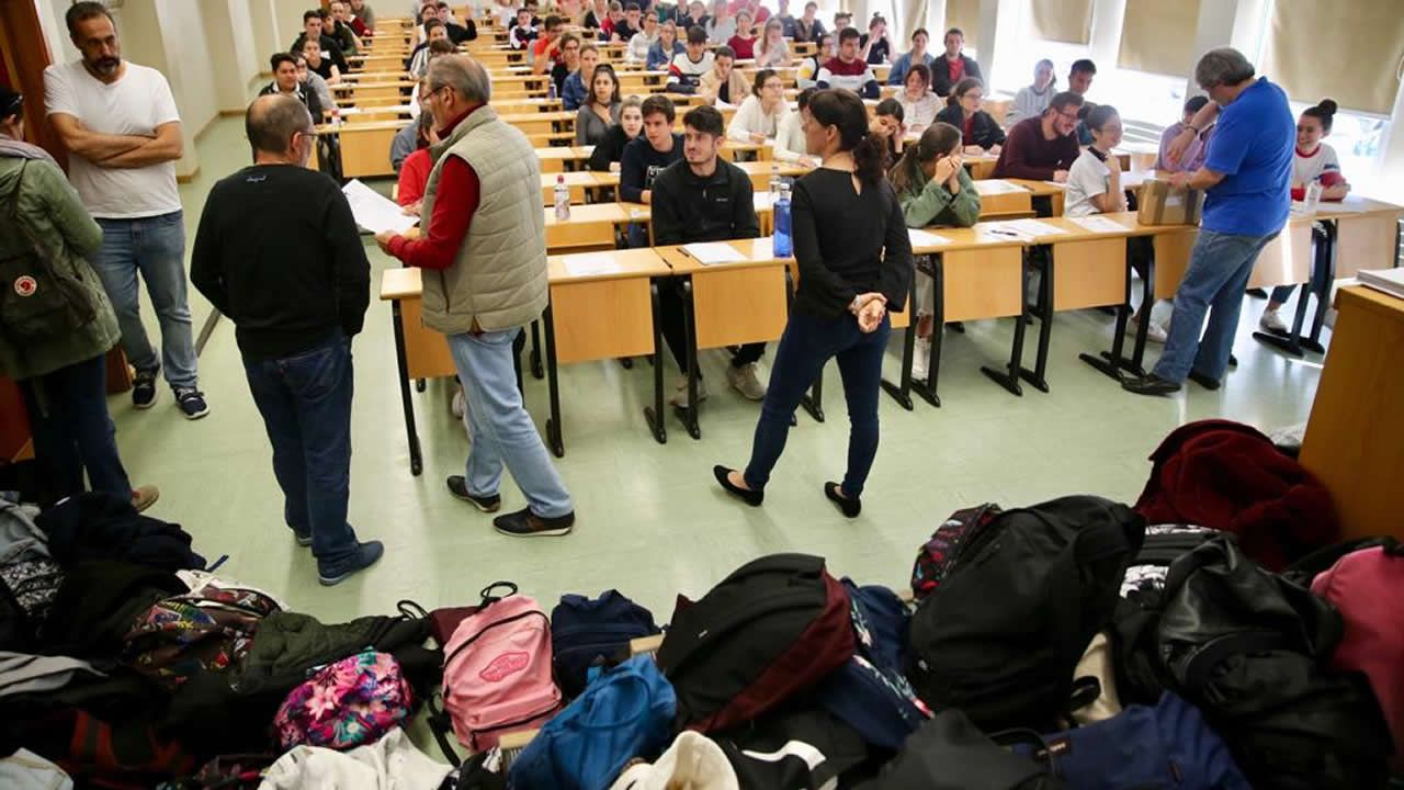 Los alumnos están obligados a dejar en las mochilas los teléfonos móviles apagados