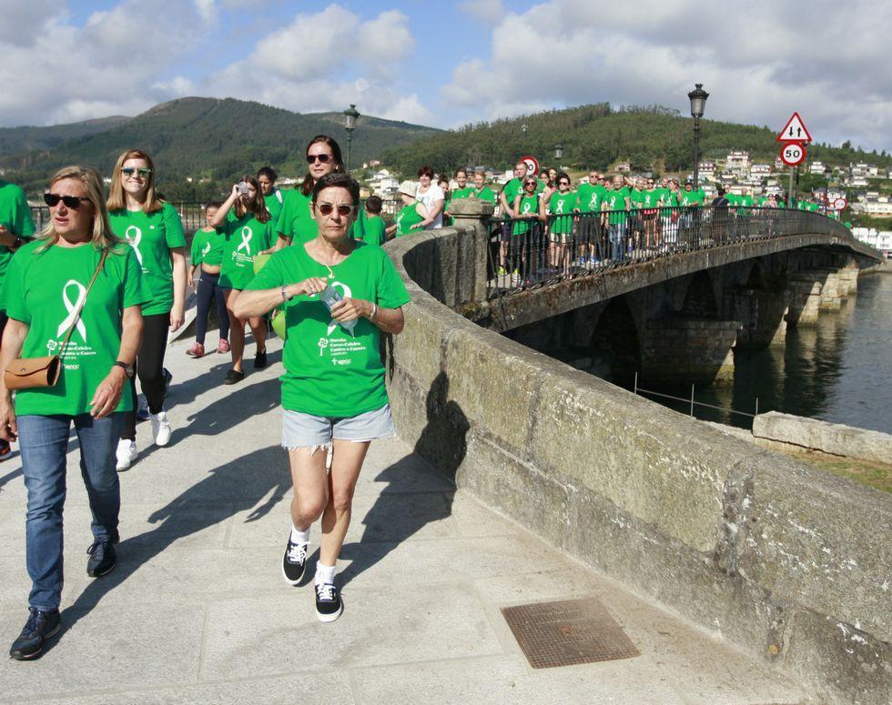La marea verde contra el cáncer, ayer en el puente de A Misericordia, camino de Celeiro.