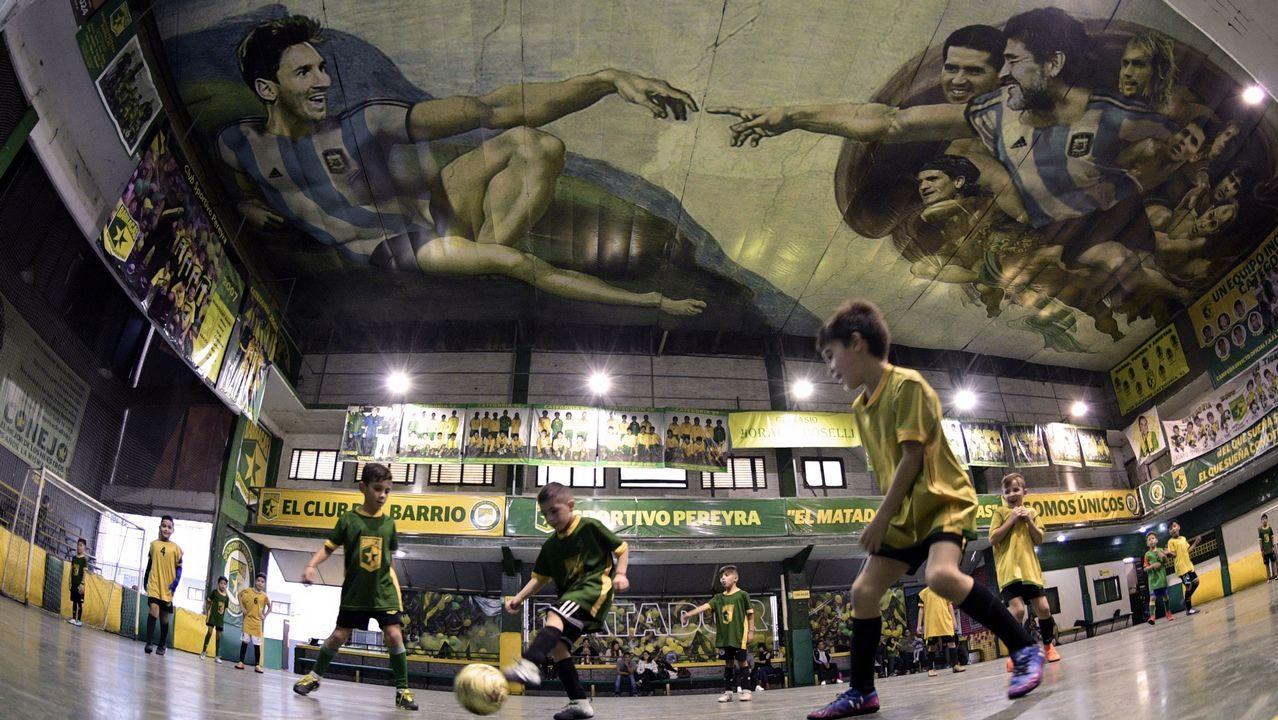 .Una pintura con Messi y Maradona emula la 'Creación de Adán', de Miguel Ángel, el Buenos Aires