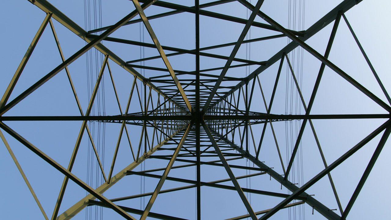 Una torre de alta tensión vista desde dentro.Una torre de alta tensión vista desde dentro