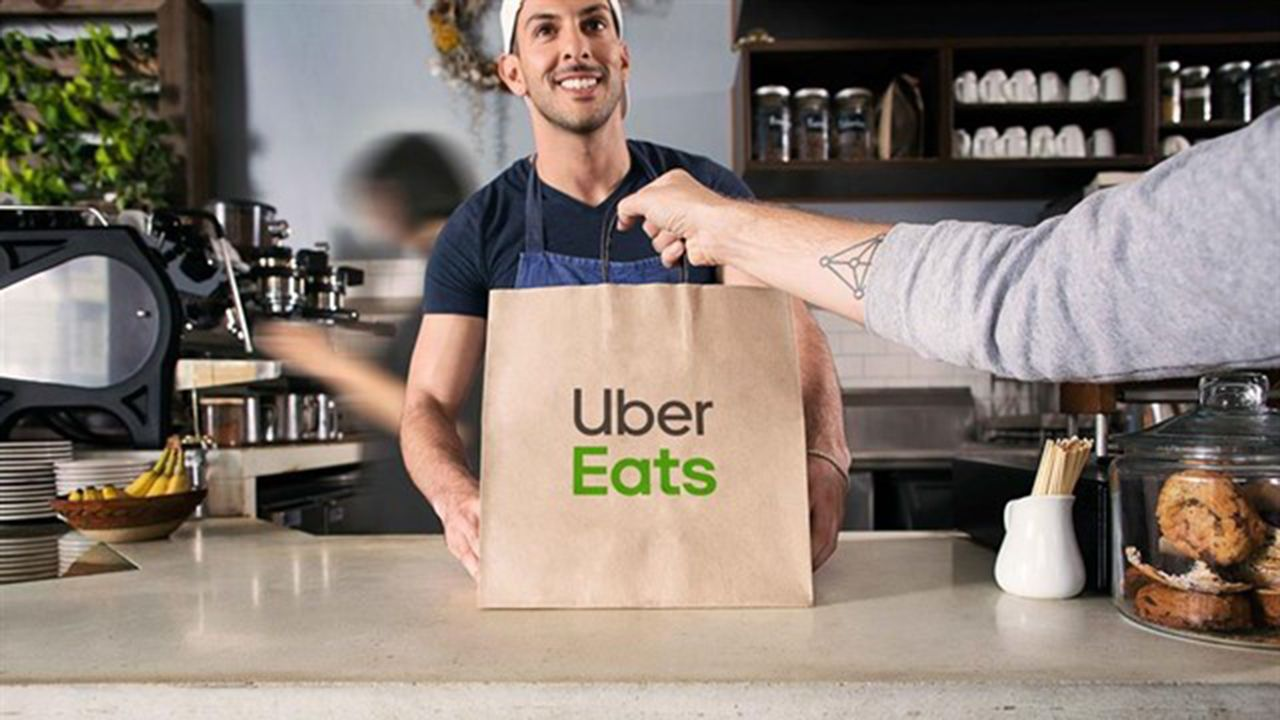 Ciclistas en Gijón.Servicio de comida a domicilio de Uber