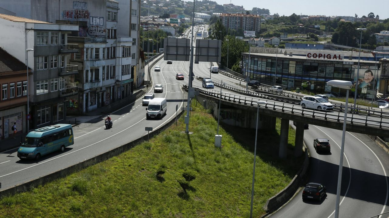 El carril de la carretera Puente Los Grazos-Beleño cortado al tráfico por un hundimiento
