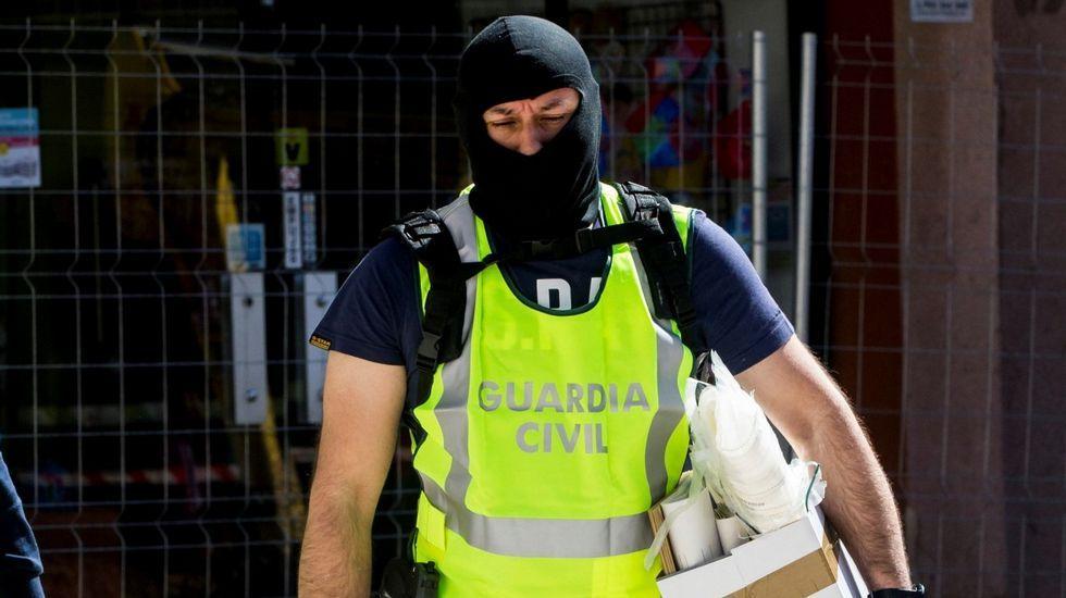 Agentes de la Guardia Civil durente un registro en Barcelona