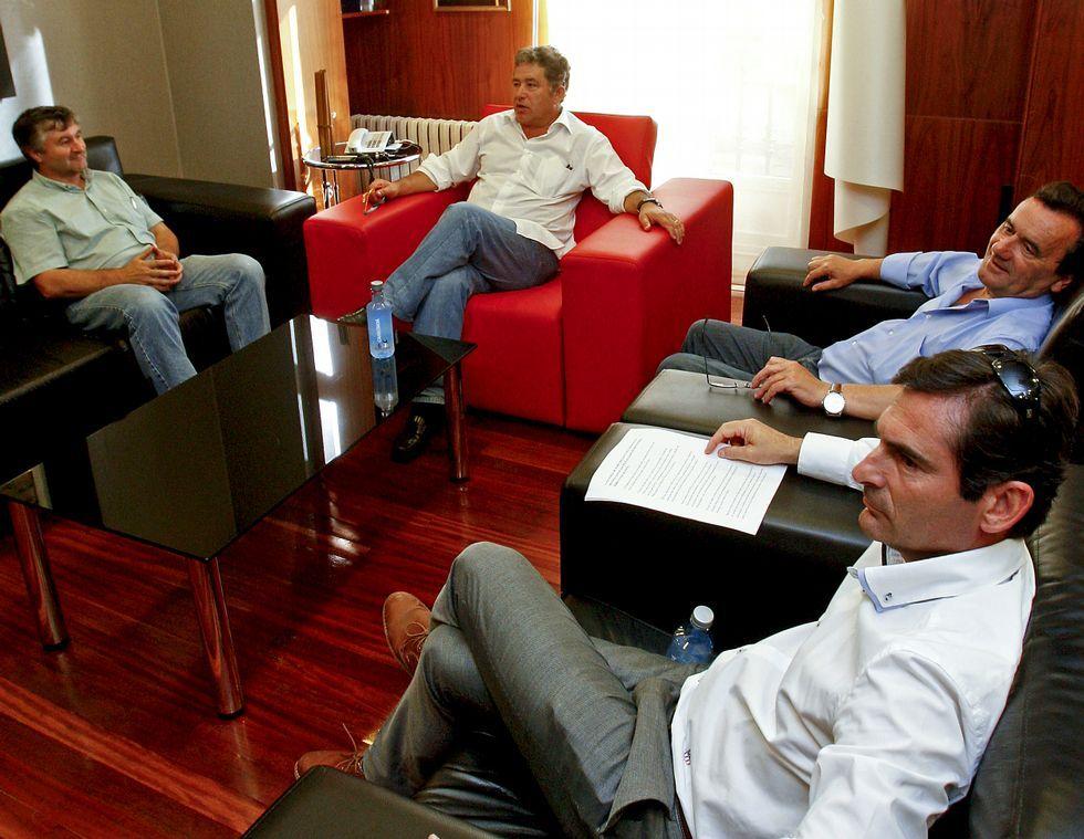 Xulio Barreiro (POIO), Lores, Raimundo González y Gonzalo Pita (Sanxenxo) en el encuentro del pasado jueves convocado por Pontevedra para fijar posturas de todos los concellos de la ría sobre Ence.