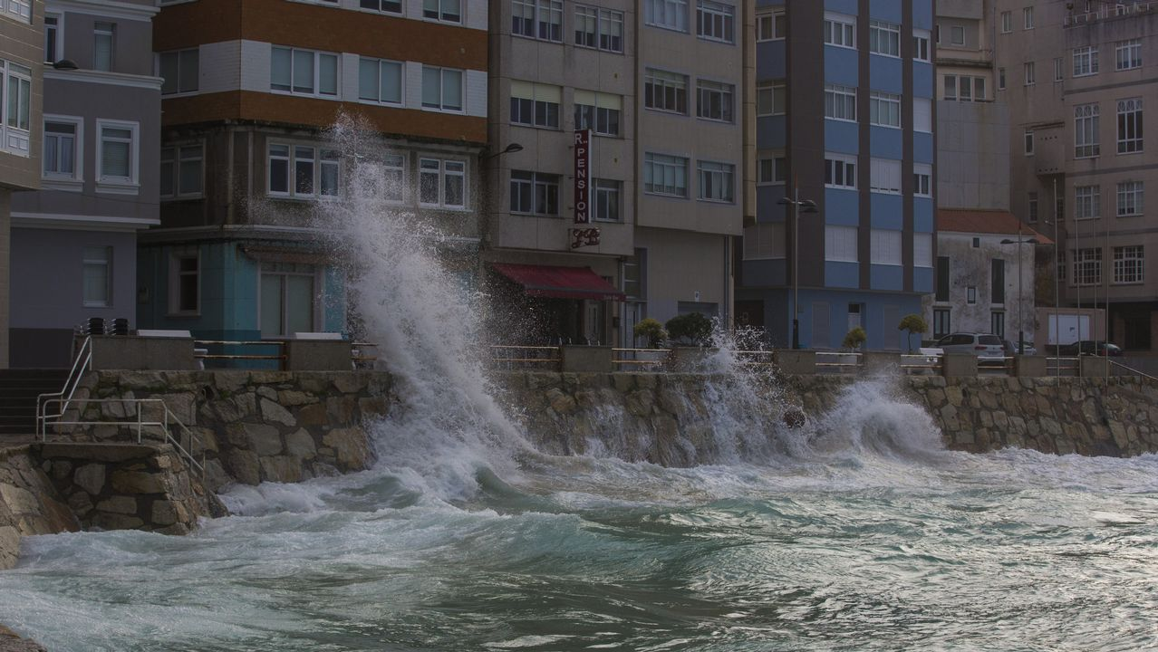 Los efectos del temporal en Galicia, en imágenes.Una calle de Oviedo bajo la lluvia