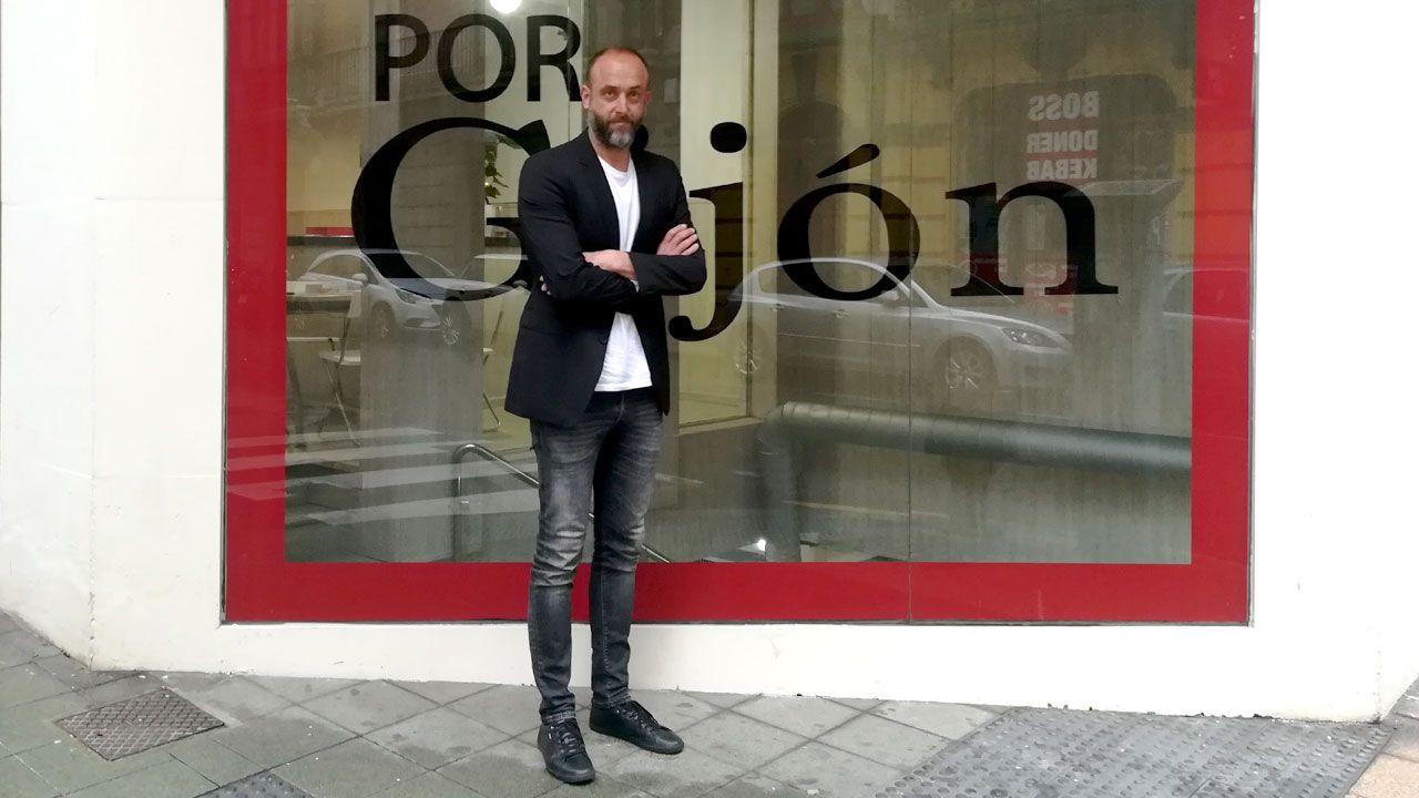 David Alonso, ante la sede de Por Gijón