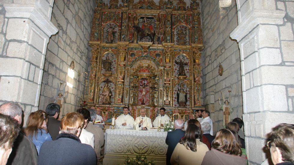 Les arde el coche en la A-52 de regreso a Madrid.El retablo de la iglesia de Abavides, restaurado en 2004