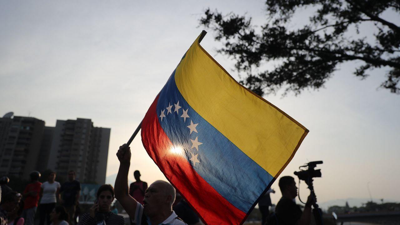 Así fue el momento en el que un tanque atropella a civiles en Venezuela.Simpatizantes del presidente interino Juan Guaidó ondean banderas este martes en la base militar de La Carlota, donde se encuentra Guaidó y un grupo de militares que le apoyan.