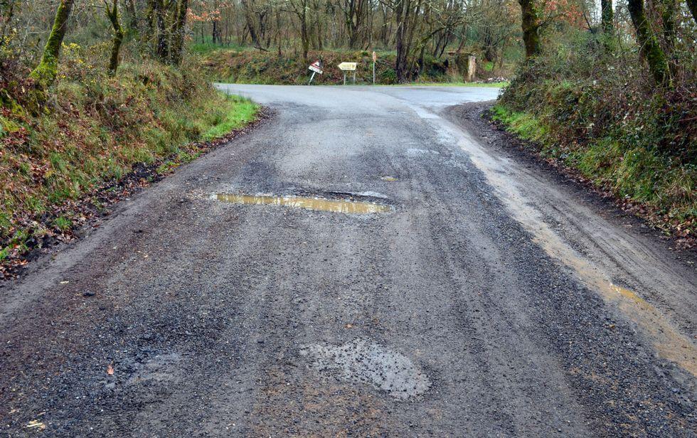 Baches en la carretera de Freituxe a Mosteiro, una para las que el PP pide una reparación urgente
