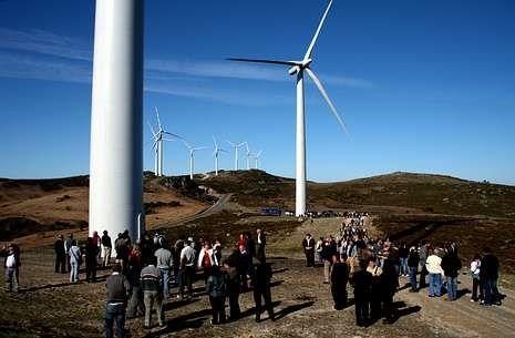 La fábrica en imágenes.El parque eólico ha originado disputas entre vecinos de Arbo y As Neves.