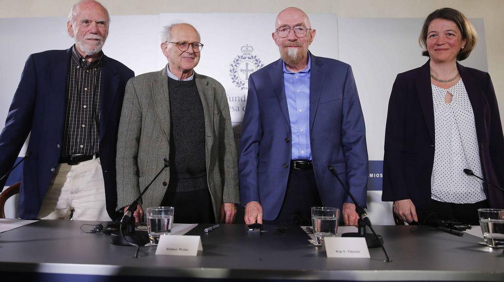 .Los tres físicos reconocidos este año con el Premio Princesa de Asturias de Investigación Científica y Técnica Kip, Thorne (2d), Rainer Weiss (2i) y Barry C. Barish (i), y Laura Cadonati (d), representante de la Colaboración Científica LIGO, (siglas en inglés del Laboratorio de Ondas Gravitacionales), durante la rueda de prensa que ofrecieron hoy en Oviedo.