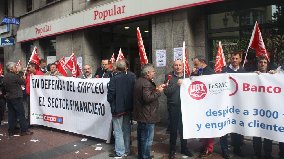 .Trabajadores del Banco Popular se manifiestan ante la oficina central en Oviedo.