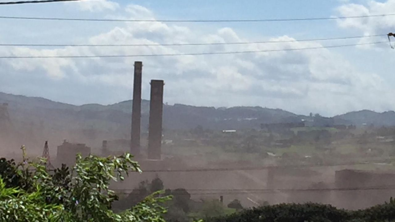 Carril de tren de Arcelor, en Veriña.Imagen de la contaminación de polvo tomada hoy, miércoles, por los vecinos de la zona.