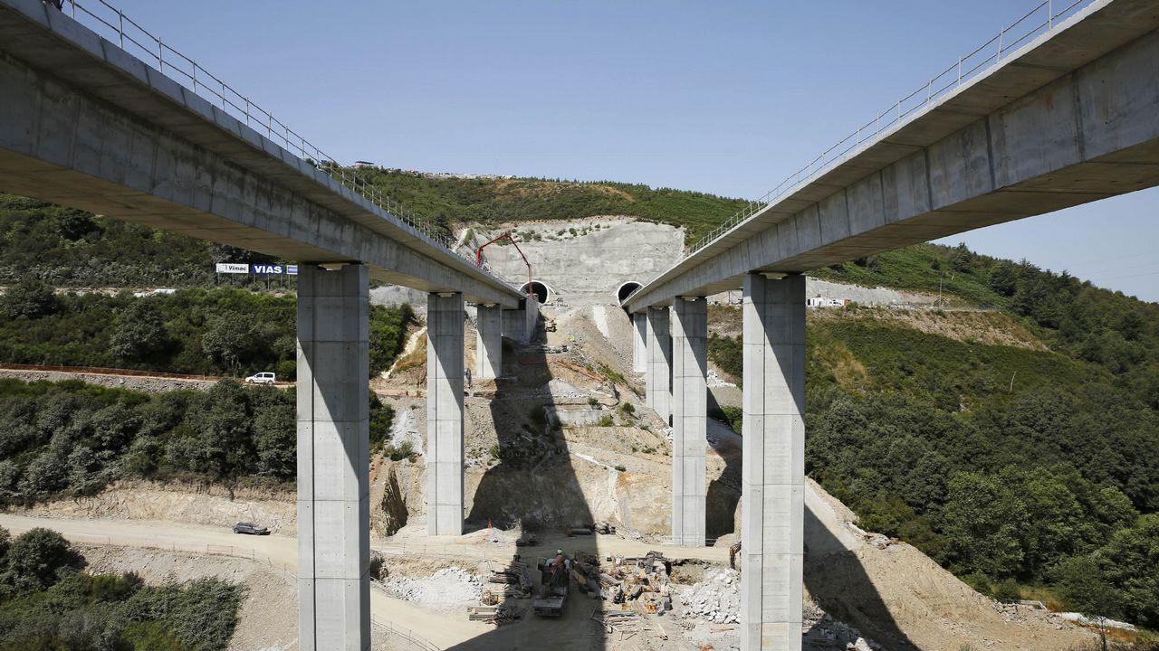 Señales de 90 que la Xunta tiene apiladas en Lugo para instalar en carreteras de la provincia