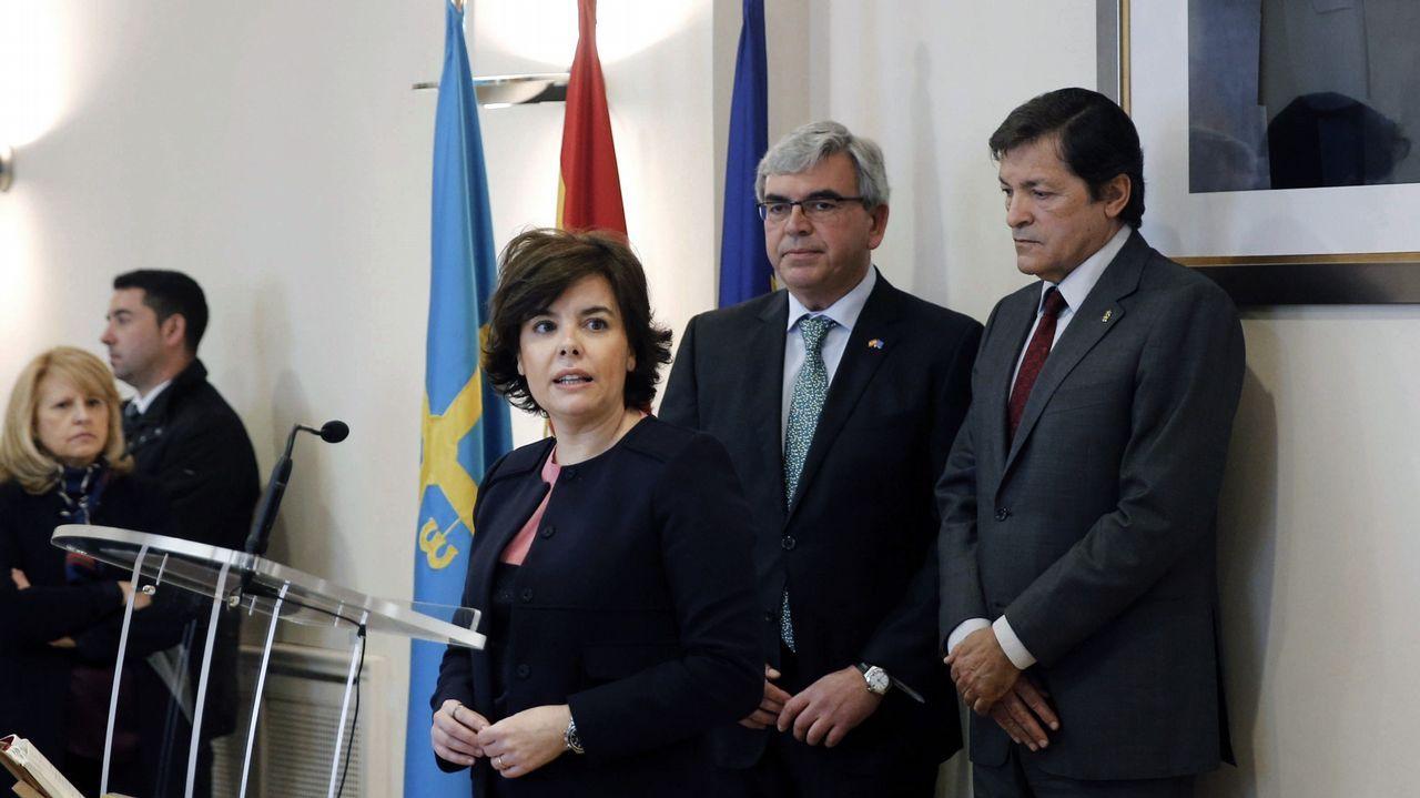 La vicepresidenta del Gobierno, Soraya de Sáenz de Santamaría, el presidente del Principado, Javier Fernández (d), entre otras autoridades, asistieron hoy a la toma de posesión del nuevo delegado del Gobierno en Asturias, Mariano Marín (2d).