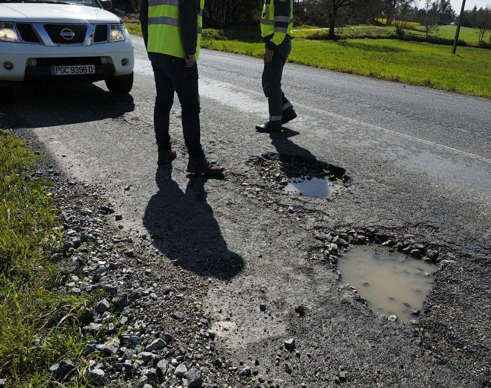 Los baches de la carretera LU P 1611 son de un gran tamaño; no están señalizados y muchos conductores no consiguieron evitarlos.