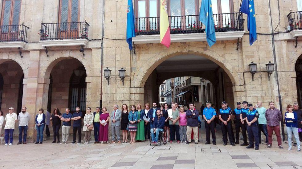 Minuto de silencio ante el Ayuntamiento de Oviedo