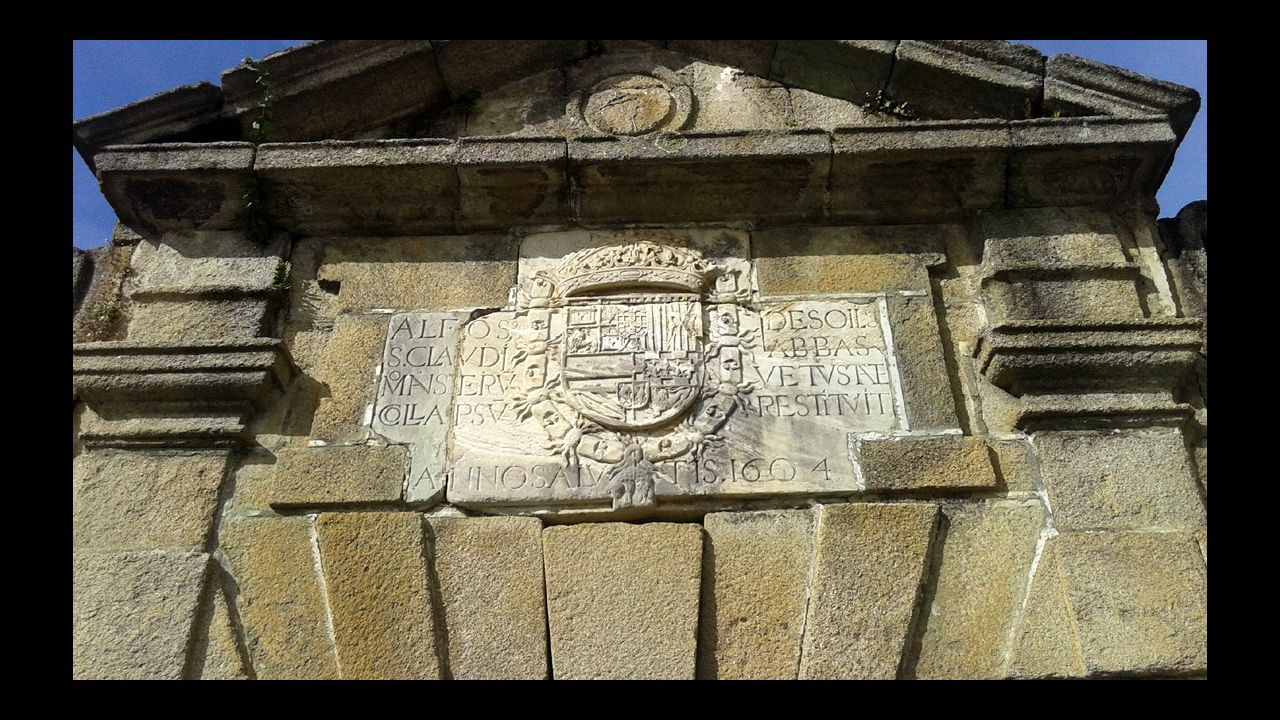 Lápida del antiguo monasterio de San Clodio labrada en 1604 por orden del abad Alfonso de Solíd, cuatro años antes de la visita de Diego de Guzmán
