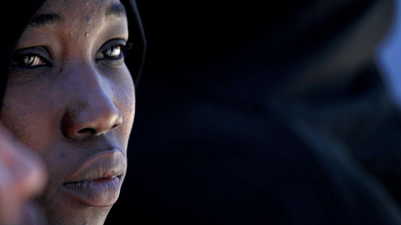 Una de los sesenta y dos inmigrantes de origen subsahariano que esperan en Tarifa a ser trasladados tras ser rescatados por Salvamento Marítimo