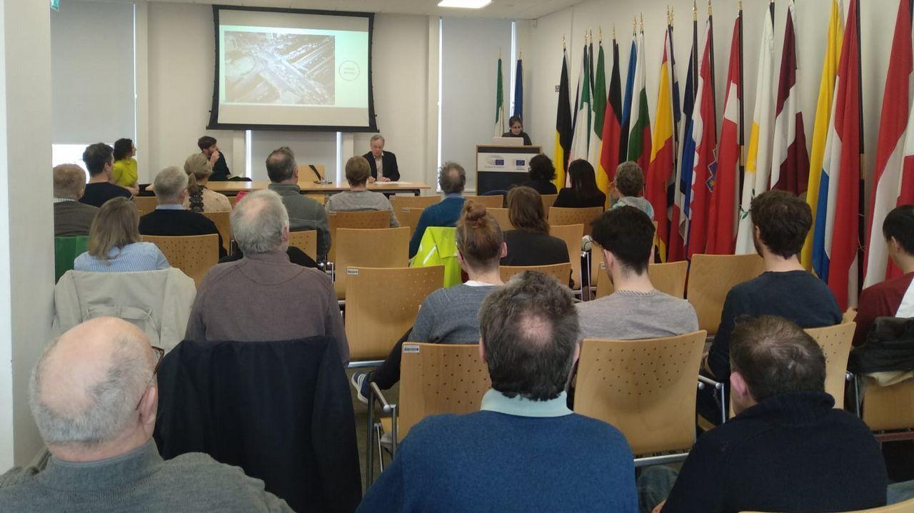 Un grupo de pasajeros consulta los vuelos en el Aeropuerto de Asturias.Un fotograma de la película «Hijos de los hombres»