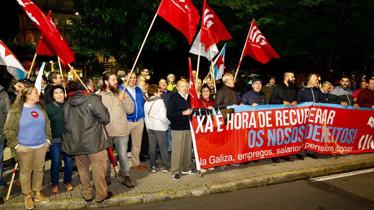 Los 317 trabajadores de la planta avilesina de Alcoa se concentraron hoy frente a la fábrica de San Balandrán, en protesta y en lucha contra el cierre de la aluminera, que supondría el despido colectivo